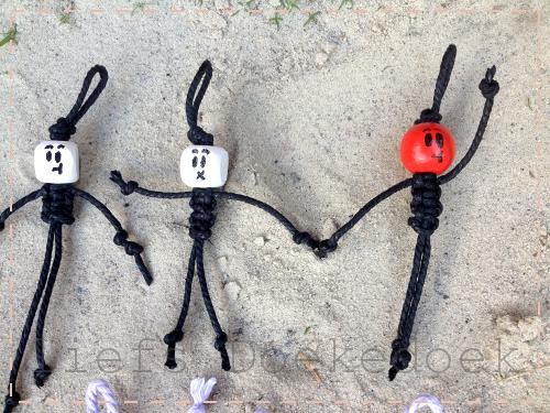 afbeelding van macrame sleutelhanger of gelukspopje, handgemaakt door Doekedoek, liefs Doekedoek