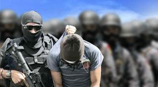 Setelah menangkap Polisi juga menggeledah rumah yang didiami terduga teroris tersebut
