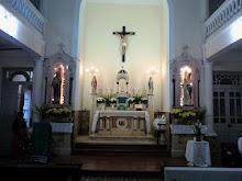 """Altar da Capela: """" Introibo ad Altare Dei."""