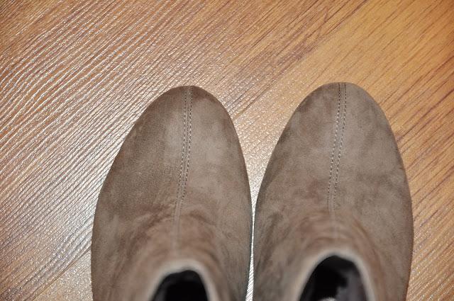 полусапожки из бежевой замши на каблуке
