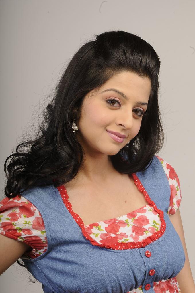 suave and scenic Vedhika cute pics