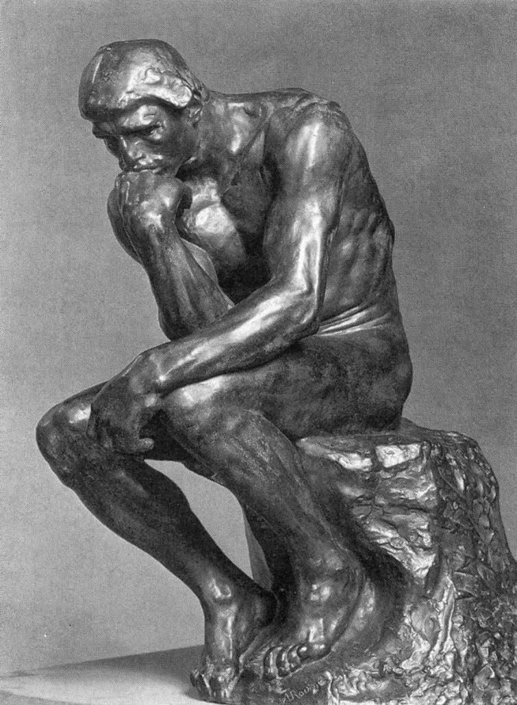 Escultura O Pensador de Auguste Rodin, feita em bronze, retrata um homem nu, sentado sobre uma pedra com os pés apoiados na base da pedra. O corpo levemente curvado tem músculos bem delineados; está com o punho esquerdo apoiado sobre o joelho esquerdo com a mão pendente; o tronco em leve torção à esquerda posiciona o cotovelo direito apoiado sobre a coxa esquerda com o dorso da mão voltado para cima e para dentro; a boca está apoiada no dorso da mão que sustenta a cabeça. Sua expressão é de questionamento e meditação.Fim da descrição.