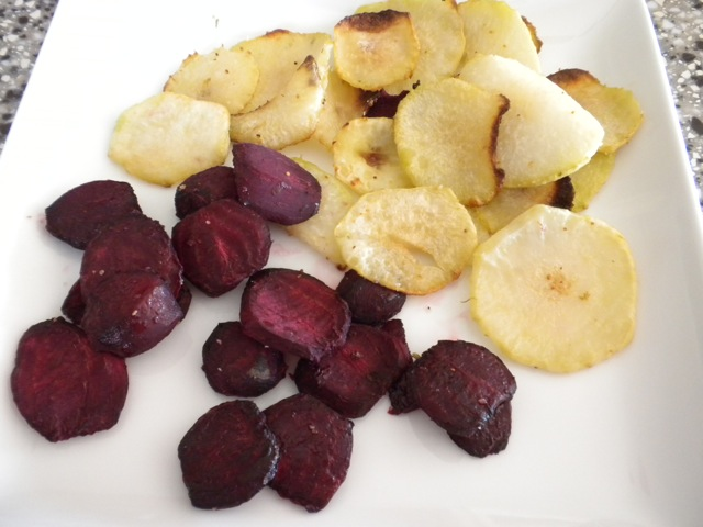 Baked kohlrabi chips and beets