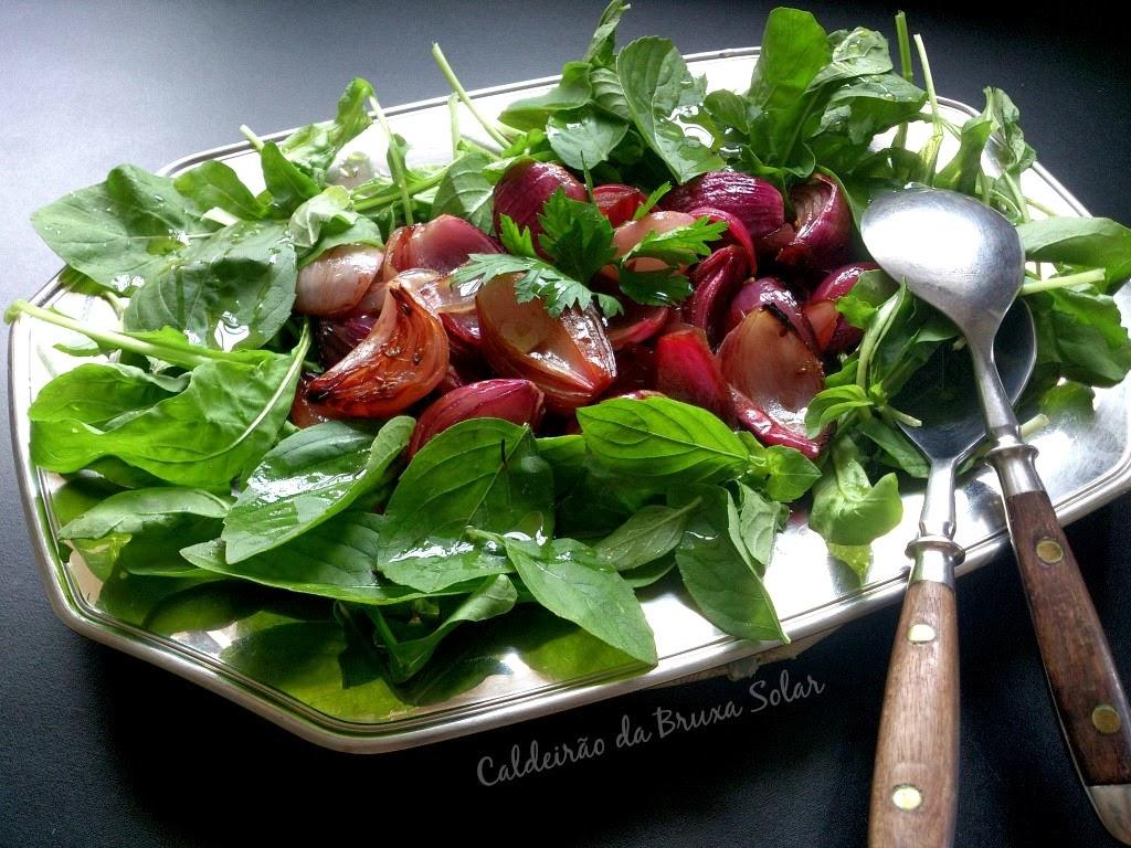Salada de cebolas roxas assadas ao balsâmico e manjericão