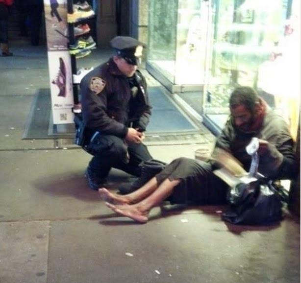 25 Photos Of People Who Will Inspire You - An NYPD police officer gives a homeless man a new pair of shoes. Take notes NYPD.