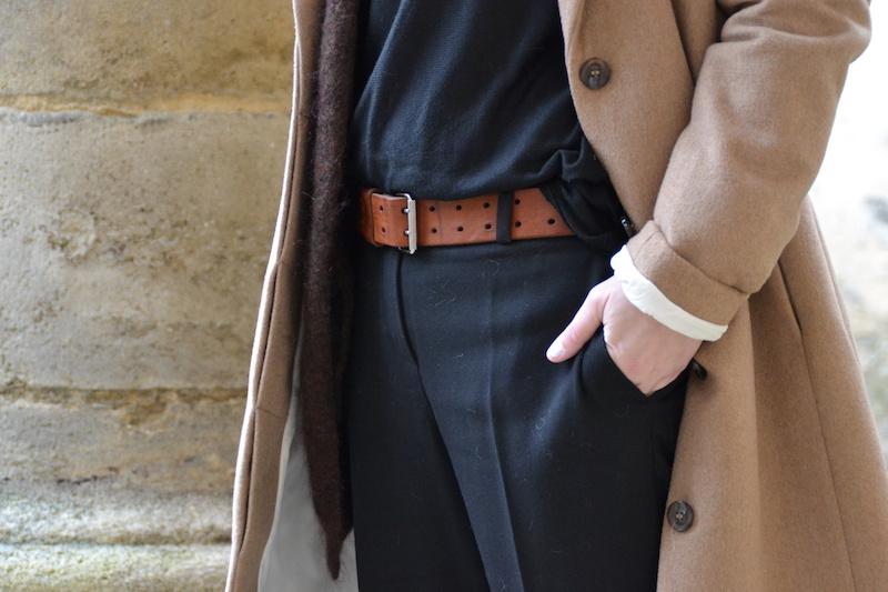manteau long camel H&M, pull noir et gilet H&M, pantalon tailleur noir Mango, ceinture Isabel Marant, Stan Smith, Chapeau Aleane