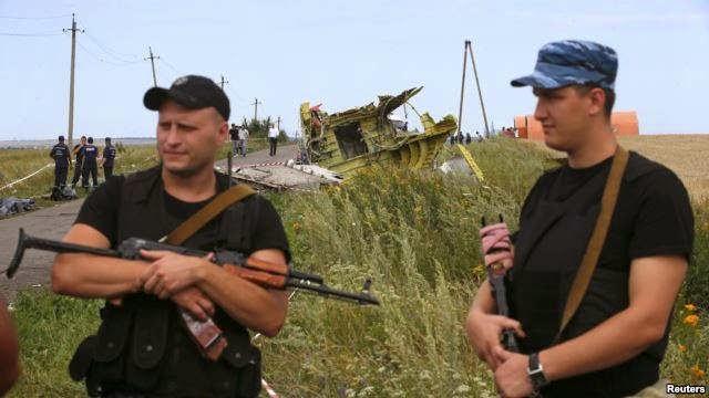 Separatis pro-Rusia yang bersenjata berjaga-jaga di dekat lokasi jatuhnya pesawat Malaysia Airlines MH17, dekat desa Hrabove, Donetsk, 20 Juli 2014.