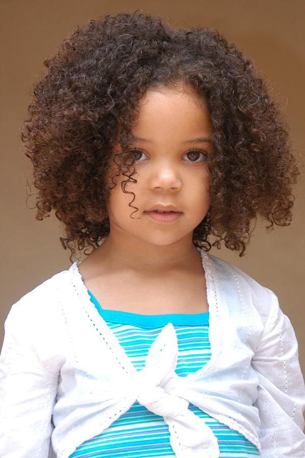 afro-afrikansk-liten-barn-flicka-lockig-frisyrer-2011
