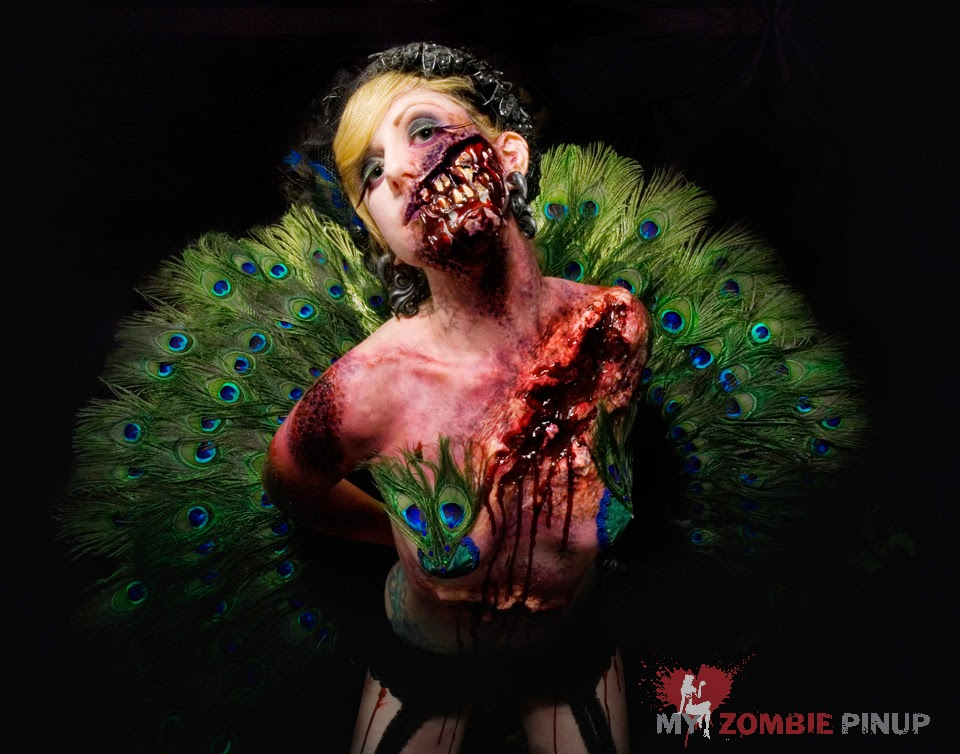 photo de femme zombie avec des plumes de paon de my zombie pin-up
