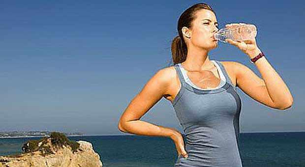 minum-air-berdiri