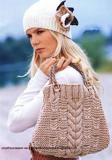 Женская шапка спицами и сумка с дорожками из кос