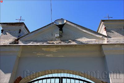 Деревная. Ворота костела изнутри