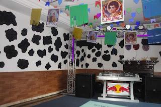 Salão de festas decorado para festa junina