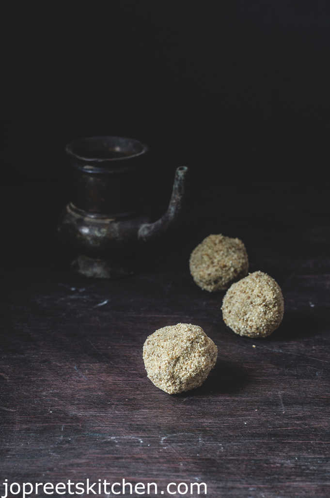Thinai Thaen Laddu / Thinai Thaen Urundai / Foxtail Millet Honey Ladoo