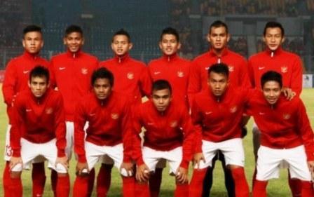 gambar foto timnas U19 berseragam di stadion ketika mau pertandingan