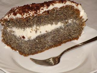 Porción de tarta de amapolas con nata montada