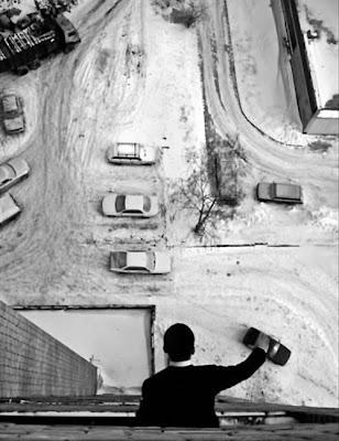 Araba ile oynayan adam optik illuzyonu
