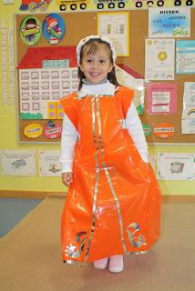 Las DAMAS llevaban un traje largo decorado con ribetes plateados y detalles en el bajo. El vestido iba fruncido detrás con un cordón plateado y para rematar