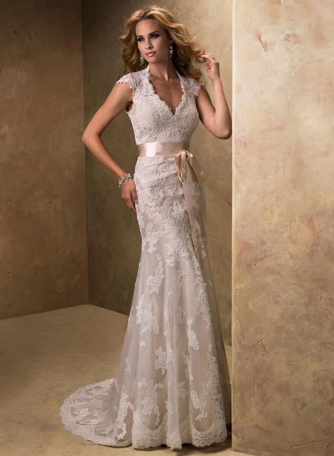 Прямое свадебное платье с кружевом 9