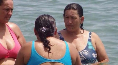 mujer que se parece a hugo chavez en la playa