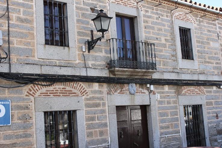 fachada con arcos de descarga al descubierto en la plaza de las siete villas de pedroche