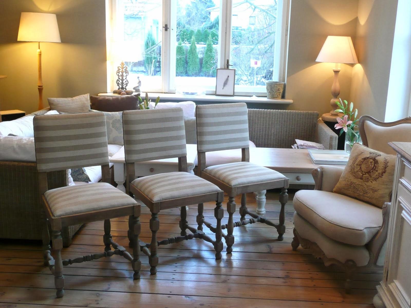 dębowe krzesła ze szczotkowanego drewna lekko poszarzone