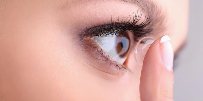 Cara membersihkan lensa kontak