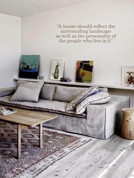 Dekoracyjna listwa na obrazy nad sofą