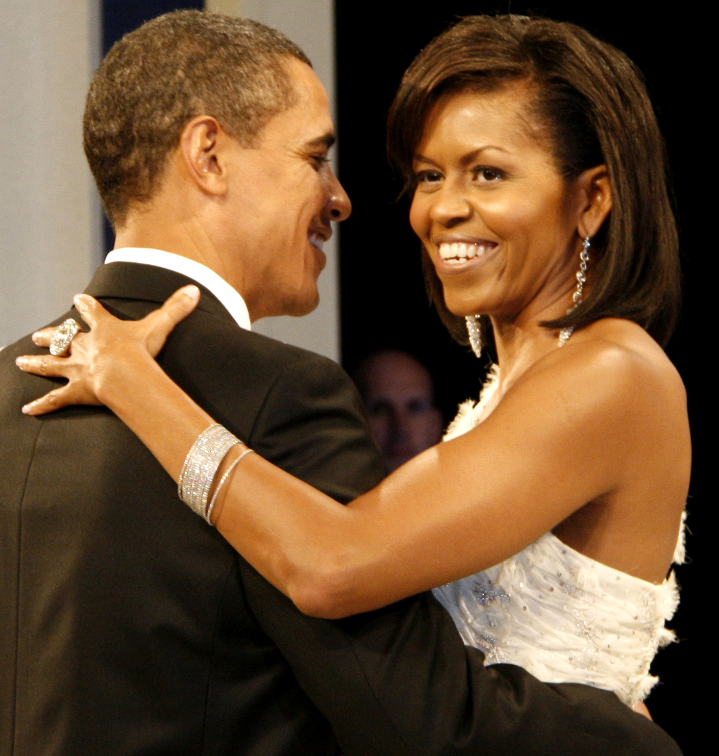 http://2.bp.blogspot.com/-V3HLRd3VHU0/TaCbKxlYPbI/AAAAAAAAAjM/4ndlExwhlqc/s1600/Barack_and_Michelle_Obama_at_the_Home_States_Ball.jpg