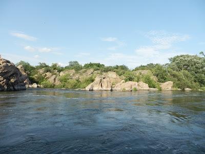 так выглядят гранитные скалы с колодцами с правого берега Южного Буга