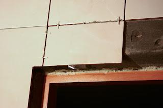 укладка плитки над дверным проемом