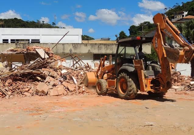 Funcionários da Prefeitura fazem a demolição do imóvel para possibilitar início da obra