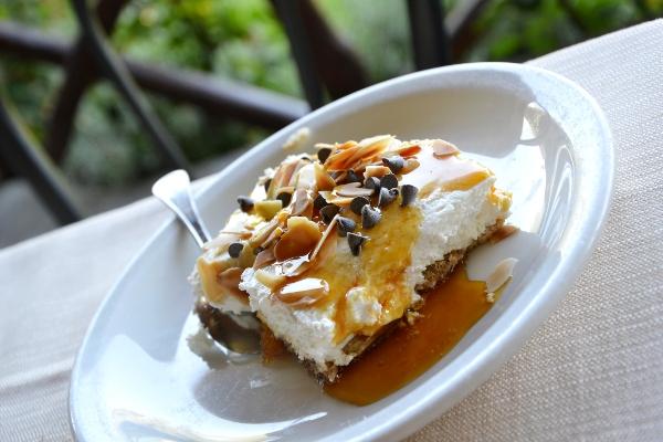 torta ricotta, panna e gocciole di occolato, miele e mandorle