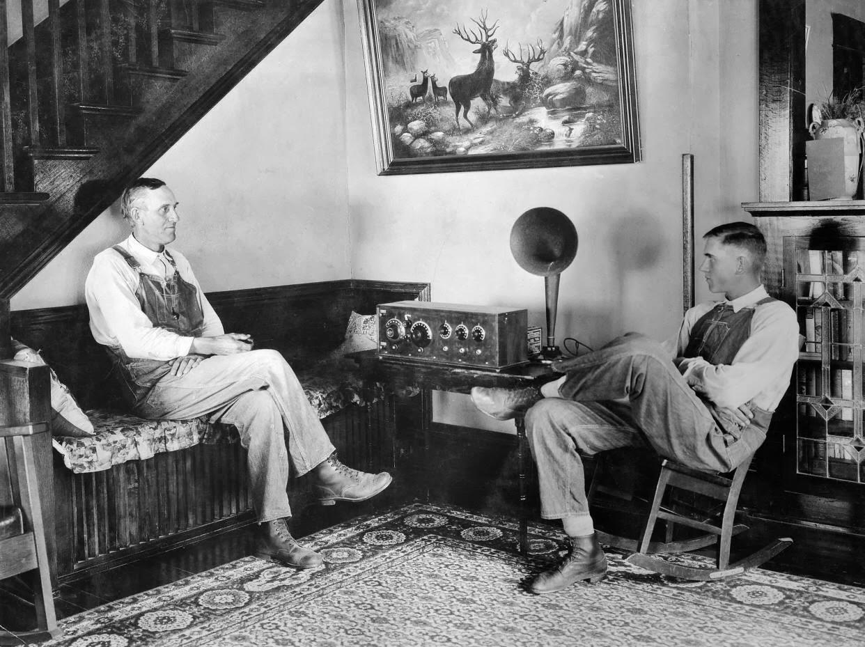 Hombres escuchando la radio