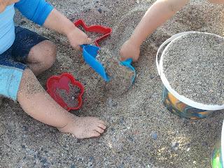 enfants jouant dans le sable