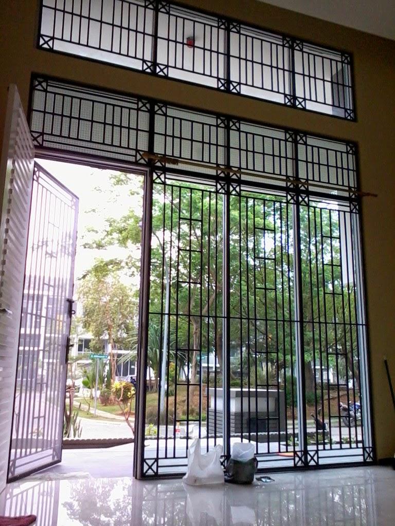 Desain tralis besi untuk pintu utama rumah mewah dan modern