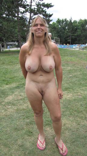 Nackt Bilder : Große Hänge Titten einer reifen Frau   nackter arsch.com