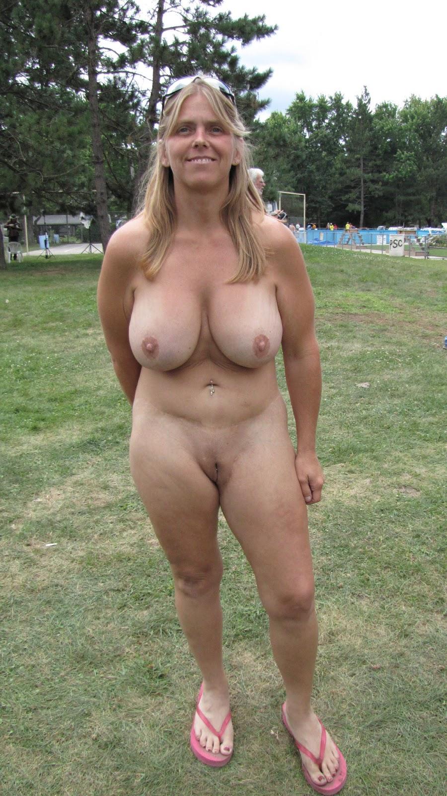 Große Hänge Titten einer reifen Frau