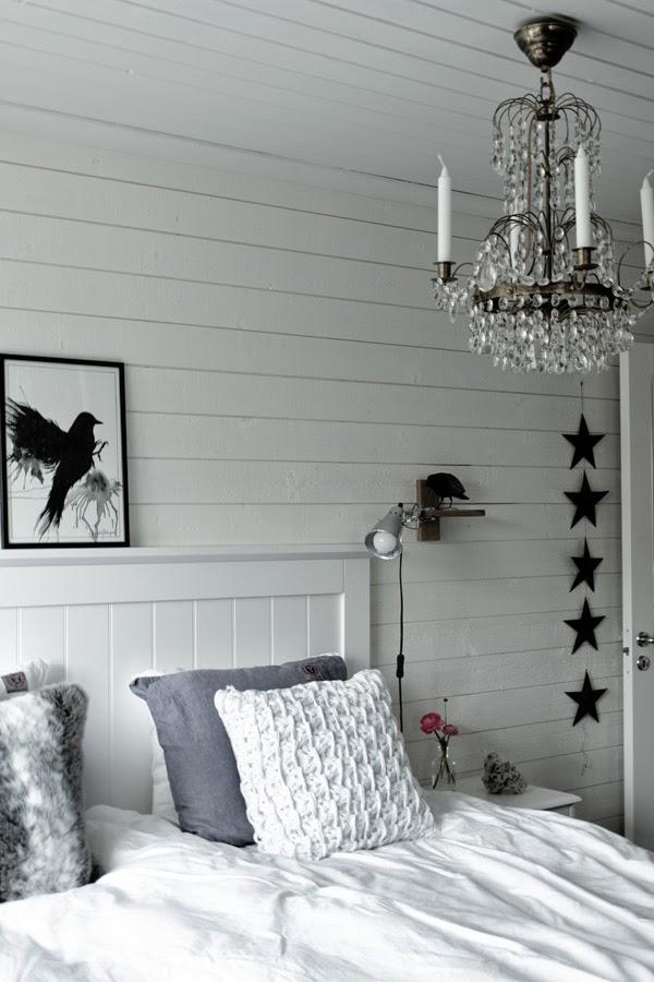 sovrum, stjärnor av papper, svarta stjärnor, diy, stjärnor på snöre, hängande stjärnor, säng, tempursäng, vit sänggavel av trä, huvudgavel av trä, vitt sovrum, artprint, print, svart fäge, tavla i somvrummet, inspiration, eightmood sängkläder, korp, fågel som dekoration,