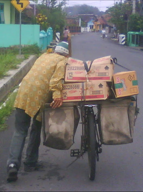 walaupun sudah tua beliau tetap semangat menjalankan aktifitasnya sehari-hari membawa muatan di sepedanya yang entah isinya apa, setiap hari lewat di Jalan Abimanyu Gelangan, dan sekitar Keplekan Magelang
