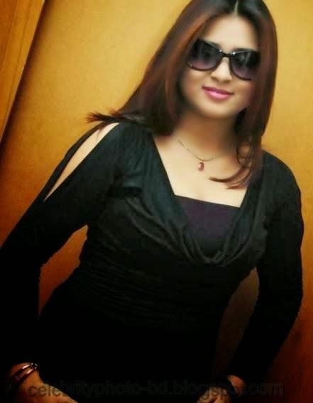 Sweet+Farah+Khan+looks+very+hot+on+a+black+dress004