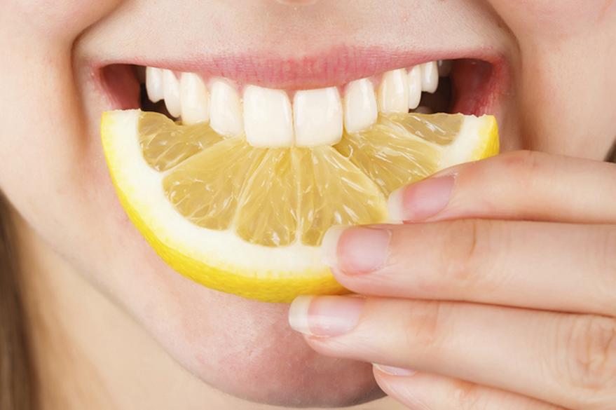 Как эффективно отбелить зубы в домашних условиях без вреда