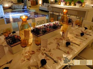 passadeira, porta guardanapo, taça âmbar, jarras de velas âmbar, arranjo floral