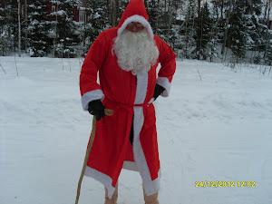 Suomalainen aito valkoparta Joulupukki valkoisessa Suomessa aattoonne