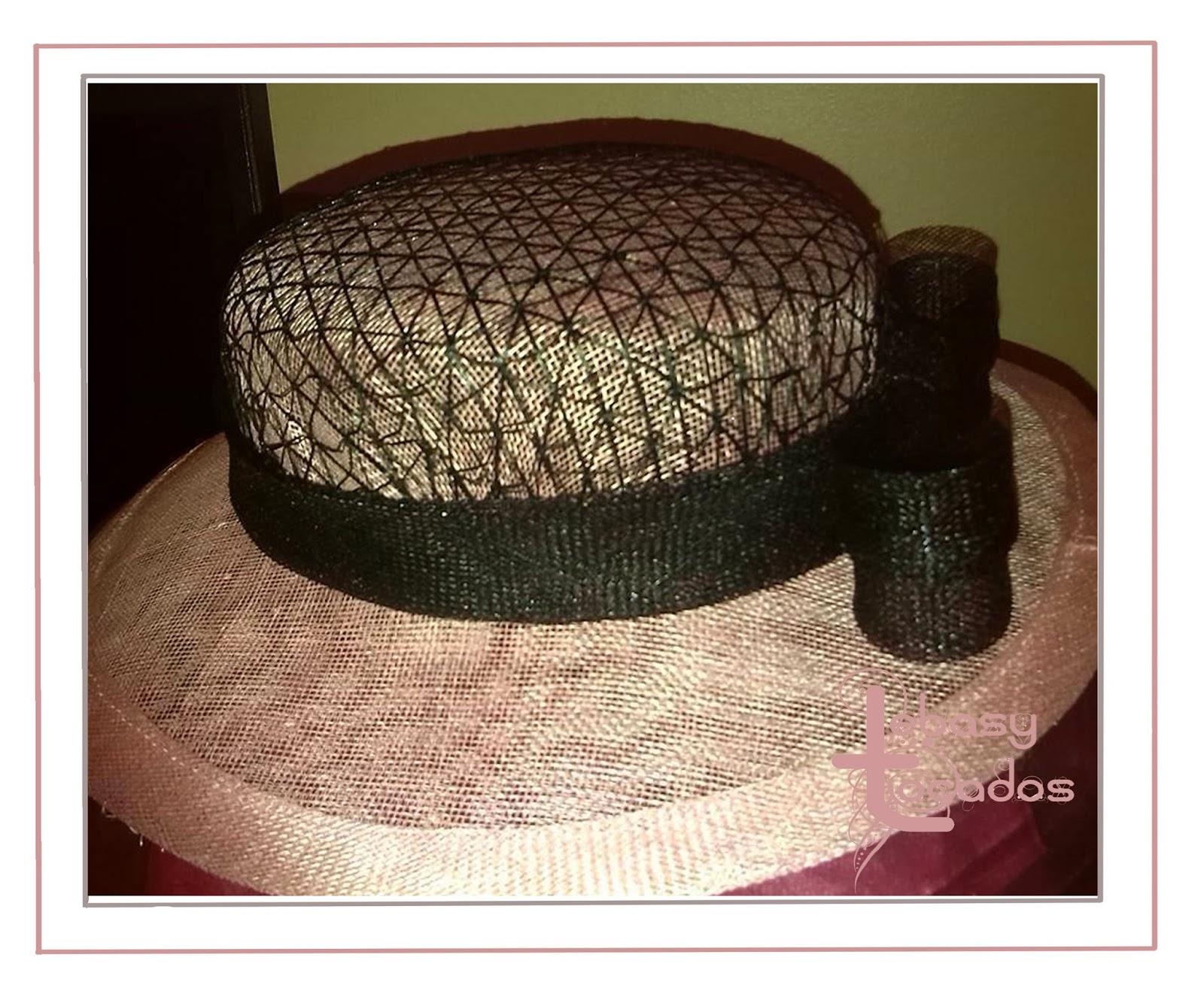 Sombrerito Lebasy realizada a mano en tonos rosa nude y negro