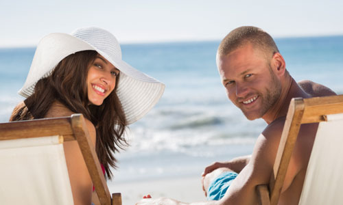 6 Advantages of Friends With Benefits, man woman relation couple beach sea summer time enjoying