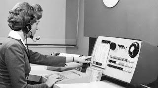 CNN) — Si llamas al departamento de sistemas de tu oficina, buscas a alguien que desarrolle tu página web o estás en una tienda de computadoras viendo la mercancía, lo más probable es que estés tratando únicamente con hombres. Así que ¿dónde están todas las mujeres? En el Reino Unido las mujeres comprenden el 18% del total de la gente dedicada al sector de la informática de acuerdo con e-Skills, el consejo de habilidades para negocios e información tecnológica.Maggie Berry, fundadora de la agencia de reclutamiento y de desarrollo profesional Women in Technology (Mujeres en la Tecnología), dice que los