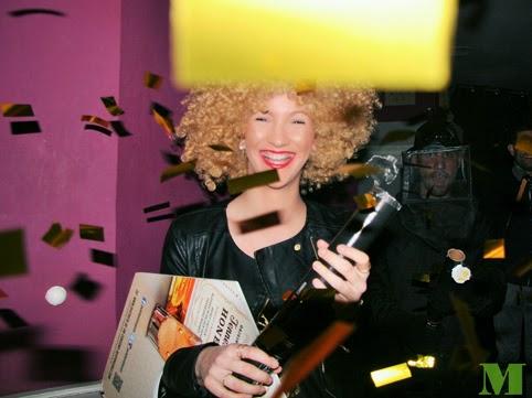 El comado de jack honey irrumpe en el bar lanzando confeti dorado. Makoondo Marketing y Dibip en Zaragoza