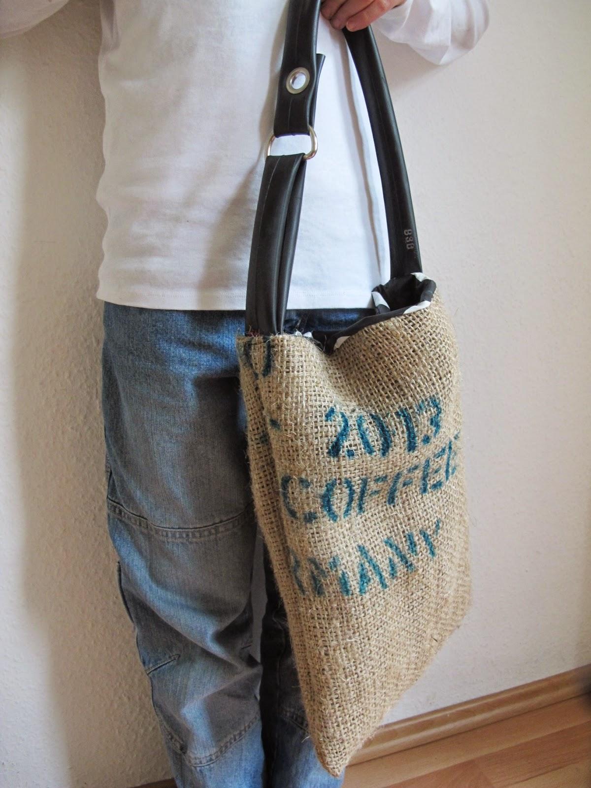 Tasche aus Kaffeesack, Fahrradschlauch und Wachstuchrest