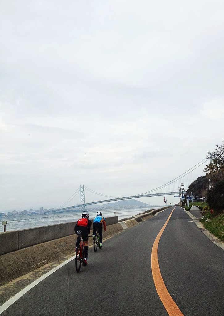 バイクでフラットな海岸線を走る。淡路島はトライアスロンの練習にぴったりだ。